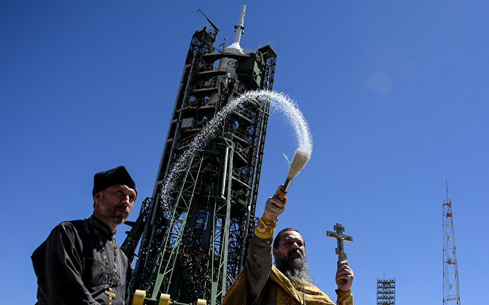 Kapłan prawosławny święci rakietę Sojuz na Bajkonurze