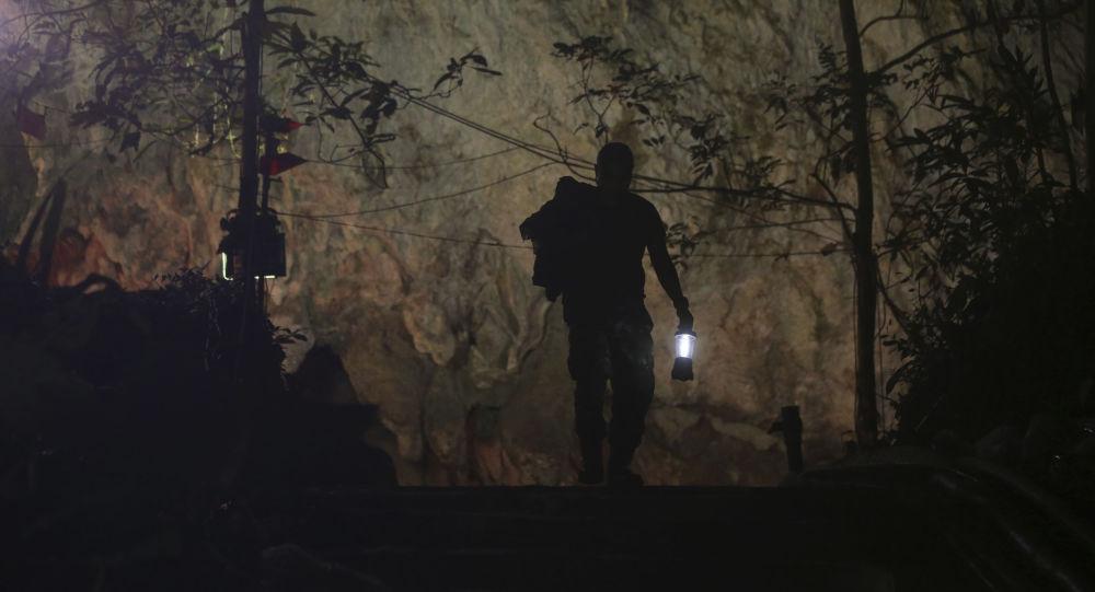 Ratownik w kompleksie jaskiń w Tajlandii, w którym zaginęło 12 chłopców i ich trener