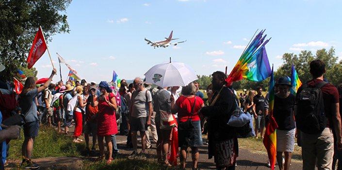 Kilka amerykańskich samolotów przeleciało nad demonstrantami w trakcie przeprowadzania akcji