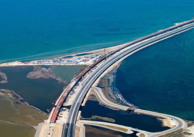 Ruch samochodowy wzdłuż drogi z podejściami do Mostu Krymskiego