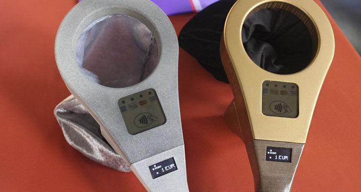 Specjalne urządzenie zostało wyposażone w odbiornik do odczytu chipów NFC na kartach płatniczych i w smartfonach