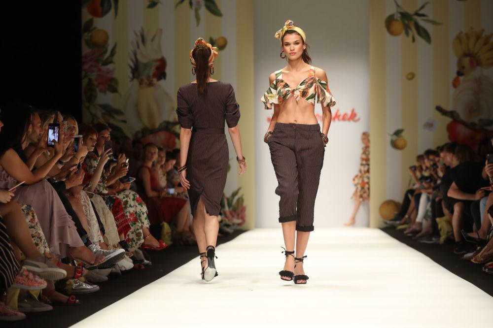 Pokaz kolekcji Lena Hoschek podczas Tygodnia Mody w Berlinie