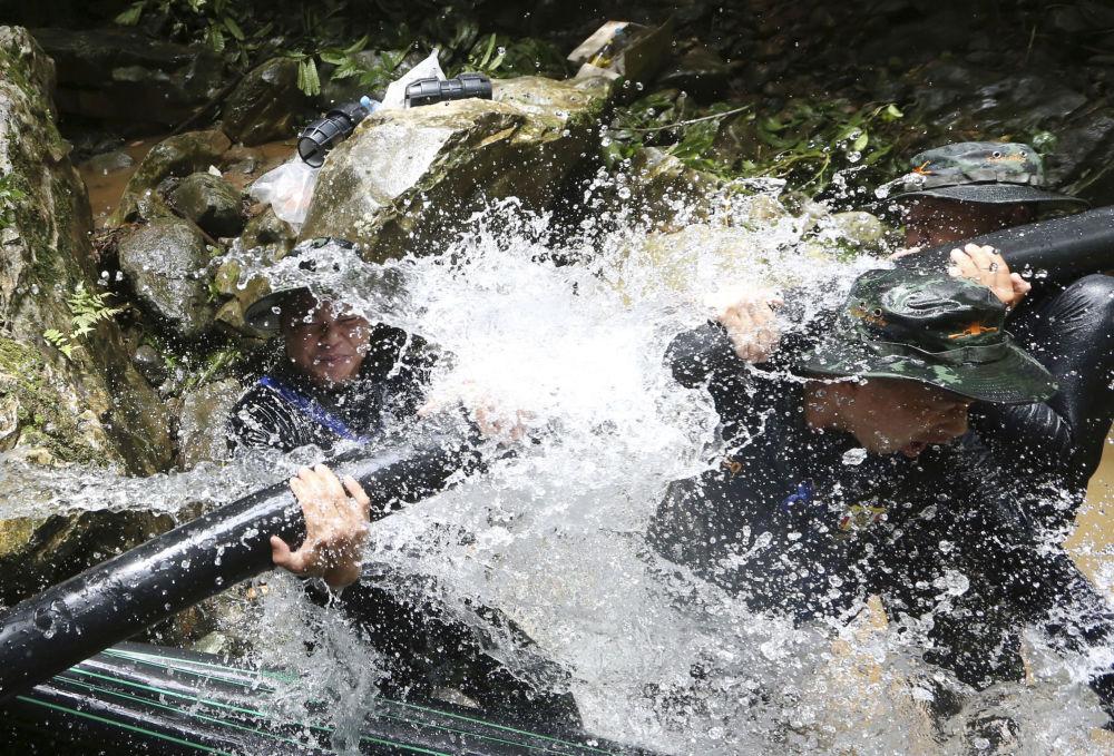 Tajlandzcy ratownicy instalują rury podczas operacji ratowania dzieci z jaskini