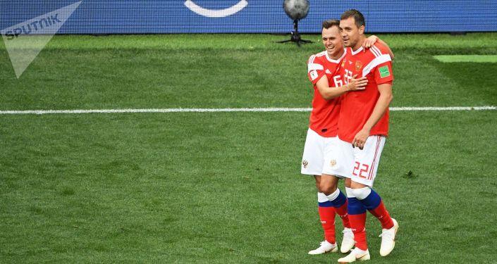 Denis Czeryszew i Artiom Dziuba w meczu fazy grupowej mistrzostw świata w piłce nożnej między reprezentacjami Rosji i Arabii Saudyjskiej
