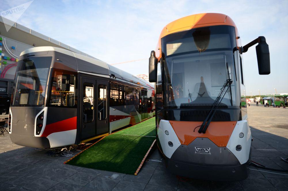 Nowe tramwaje 71-415 (z prawej strony) и 71-412, wyprodukowane przez Uralwagonzawod