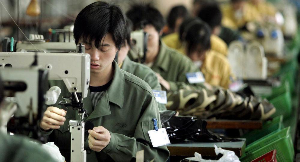 Pracownicy szwalni w chińskim mieście Wenzhou
