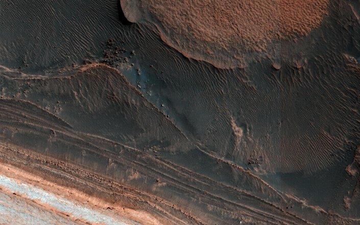 Ślady lawiny lodowej, która zeszła na Marsie
