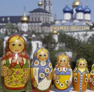 Rosyjskie matrioszki sfotografowane na tle Ławry Troicko-Siergiejewskiej