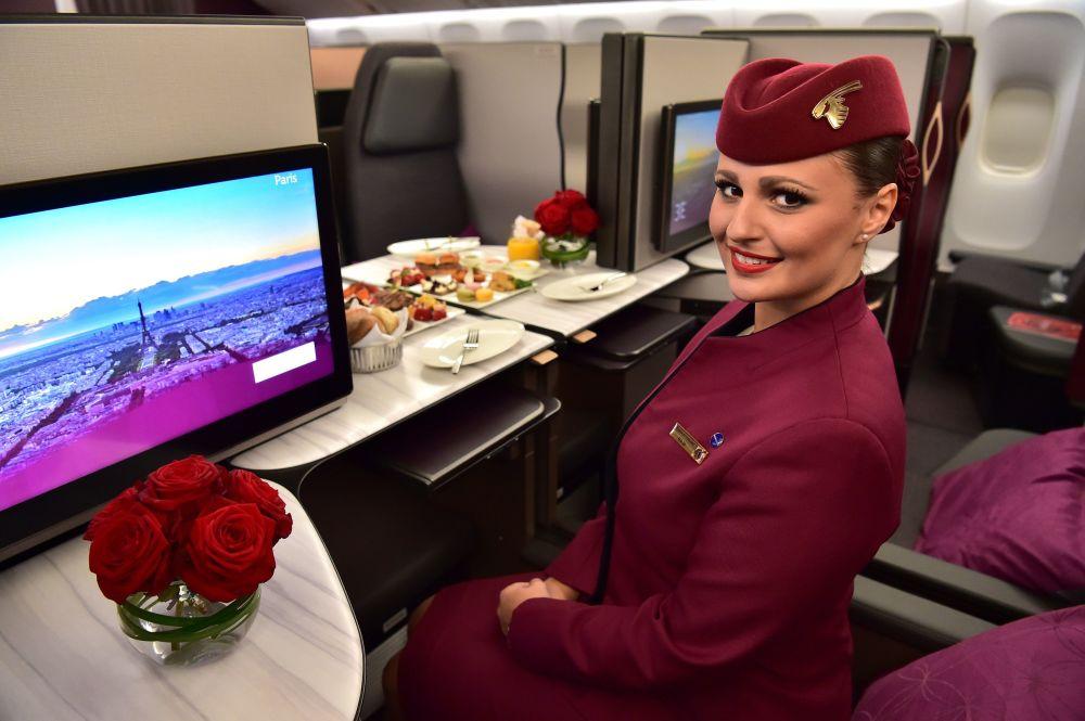 Stewardessa Qatar Airways w klasie biznes w samolocie Boeing 777