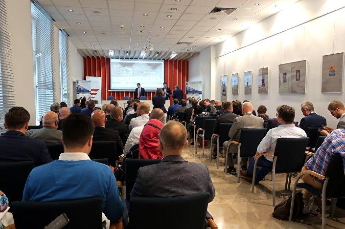 Rosyjscy przedsiębiorcy przedstawiają swoją produkcję potencjalnym patrnerom biznesowym