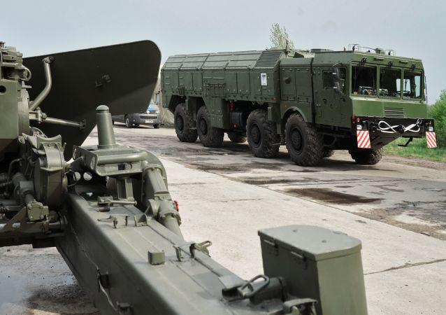 """Działo """"Giacynt"""" i system rakietowy """"Iskander"""" w Kaliningradzie"""
