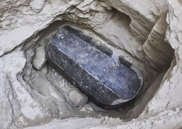 Czarny granitowy sarkofag znaleziony podczas wykopalisk w Aleksandrii na północnym wybrzeżu Egiptu