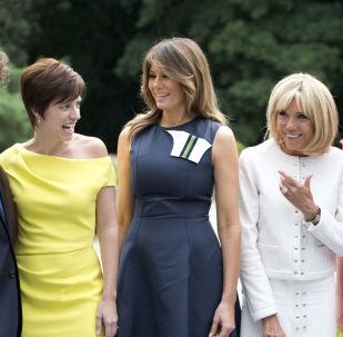 Partnerka premiera Belgii Amelie Derbaudrenghien, Melania Trump i pierwsza dama Francji Brigitte Macron pozują do zdjęcia