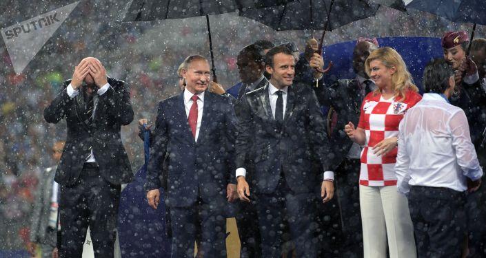 Prezydent Rosji Władimir Putin na ceremonii wręczenia nagród zwycięzcom Mistrzostw Świata w Piłce Nożnej FIFA 2018 na stadionie Łużniki