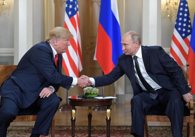 Prezydent Rosji Władimir Putin i prezydent USA Donald Trump w czasie spotkania w pałacu prezydenckim w Helsinkach