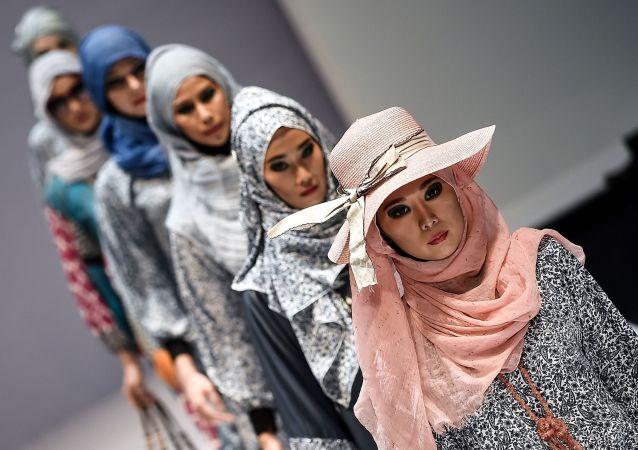 Modelki podczas demonstracji kolekcji Yan's creations podczas Tygodnia Mody Islamskiej w Kuala Lumpurze