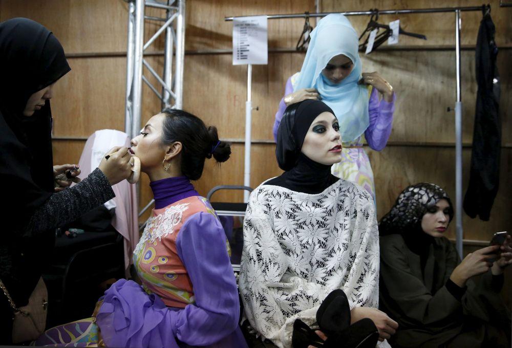 Modelki przygotowują się ku wejściu na wybieg podczas Tygodnia Mody Islamskiej w Kuala Lumpurze