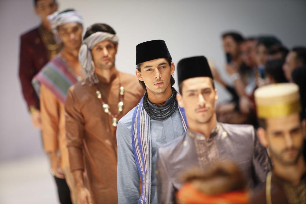 Modelki podczas pokazu Yajameel collection podczas Tygodnia Mody Islamskiej w Kuala Lumpurze