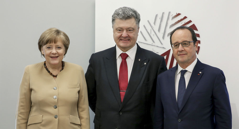 Kanclerz Niemiec Angela Merkel, prezydent Ukrainy Petro Poroszenko i prezydent Francji François Hollande podczas spotkania w Rydze