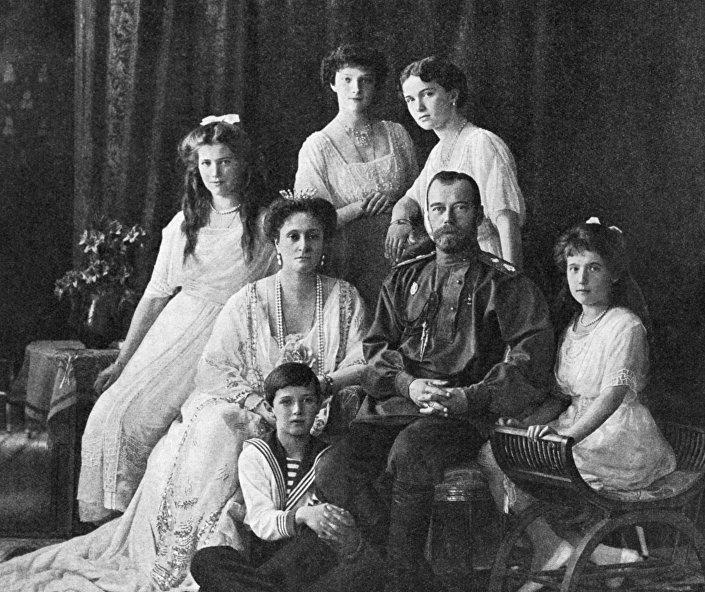 Car Mikołaj II z rodziną, żoną Aleksandrą Fiodorowną i dziećmi Olgą, Tatianą, Marią, Anastazją i Aleksiejem