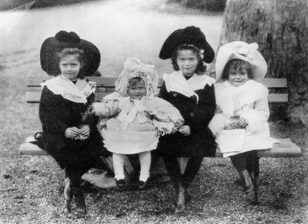 Dzieci cara: Olga, Tatiana, Maria i Anastazja. 1904 r.