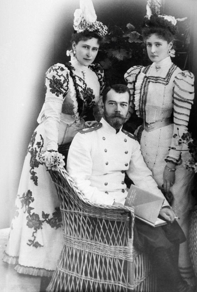 Mikołaj II z narzeczoną Aleksandrą Fiodorowną i jej siostrą Elżbietą