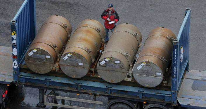 Beczki z uranem w porcie w Petersburgu