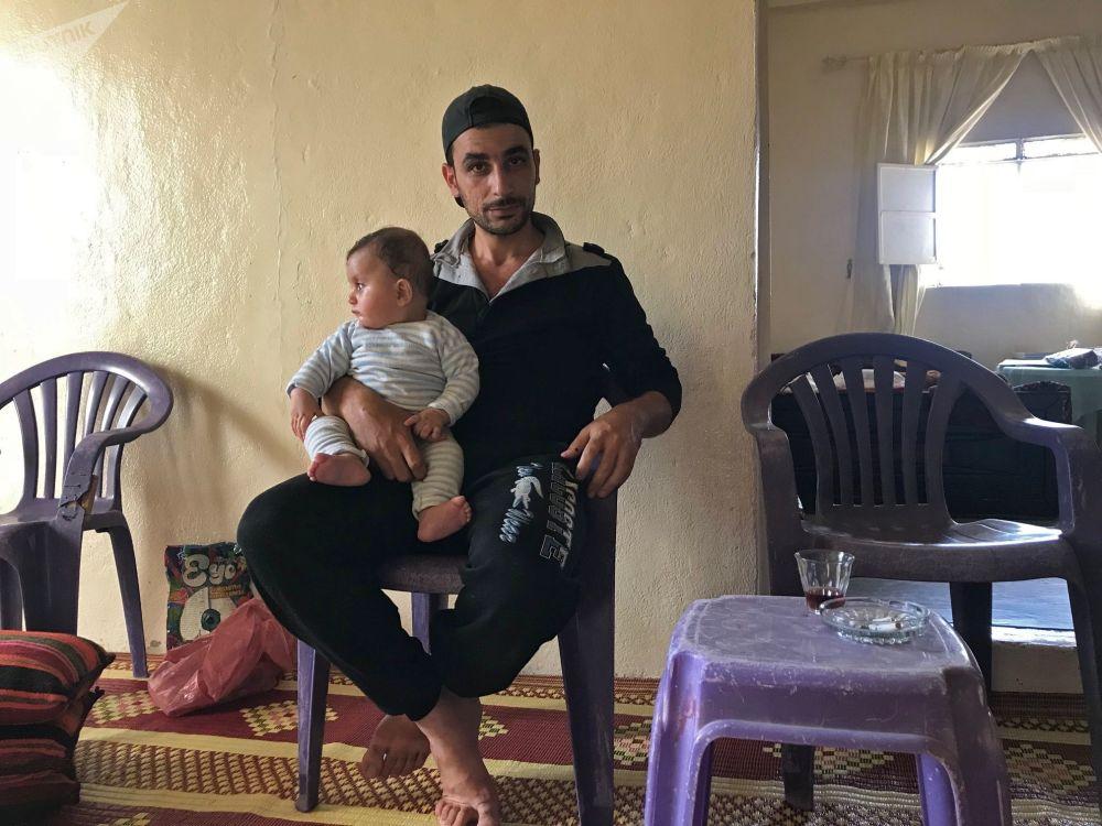 Hasan Musulmani z bratankiem w swoim domu w syryjskiej prowincji Dara