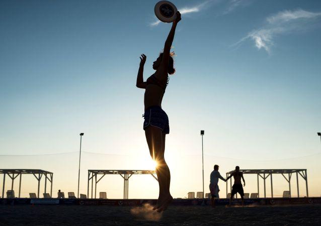 Gra we frisbee na plaży, Krym