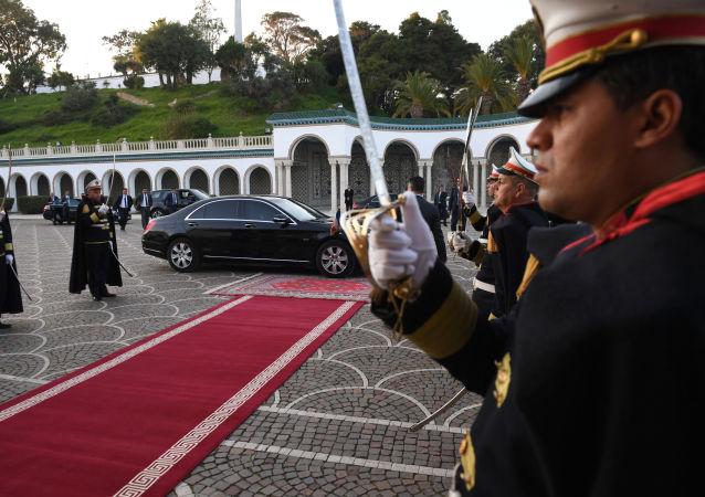 Warta honorowa przed pałacem prezydenckim w Tunisie