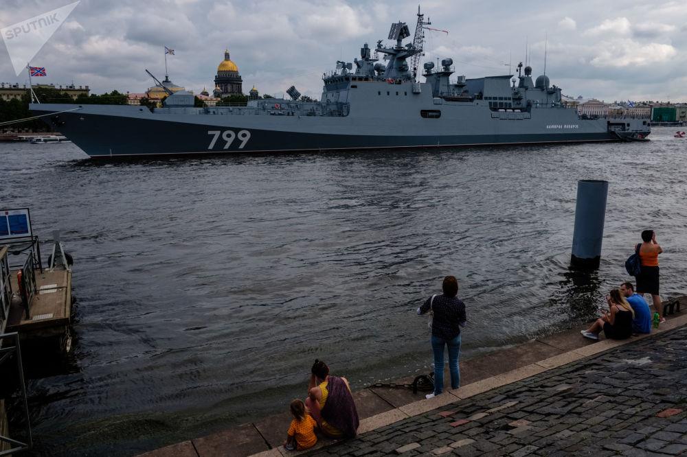 """Okręt patrolowy """"Admirał Makarow"""" na Newie w Petersburgu"""