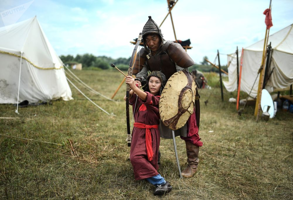 """Uczestnicy festiwalu historycznego """"Impas ugryjski 1480 r."""" w obwodzie kałuskim"""