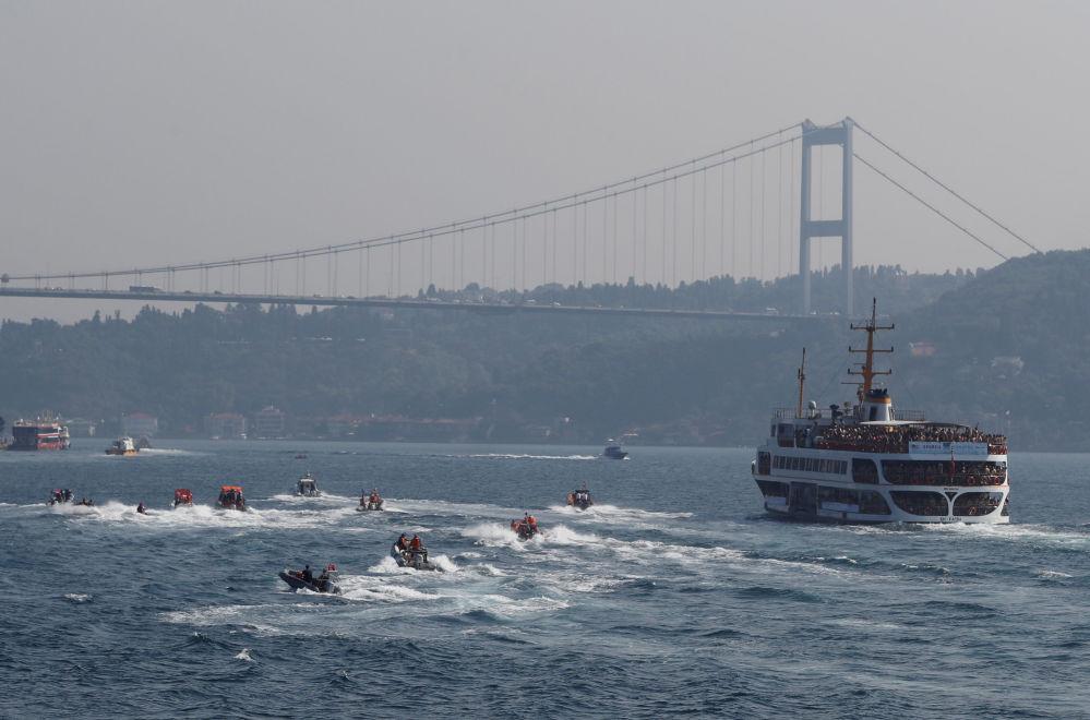 Uczestnicy Międzykontynentalnego wyścigu pływackiego przez wody Bosforu