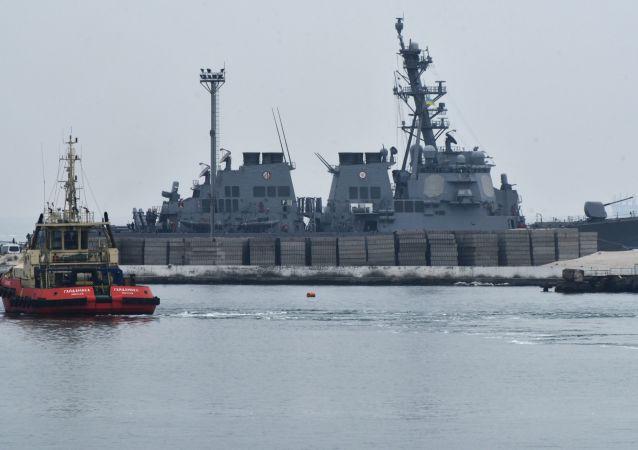 """Niszczyciel Marynarki Wojennej USA """"Carney"""" w porcie w Odessie"""