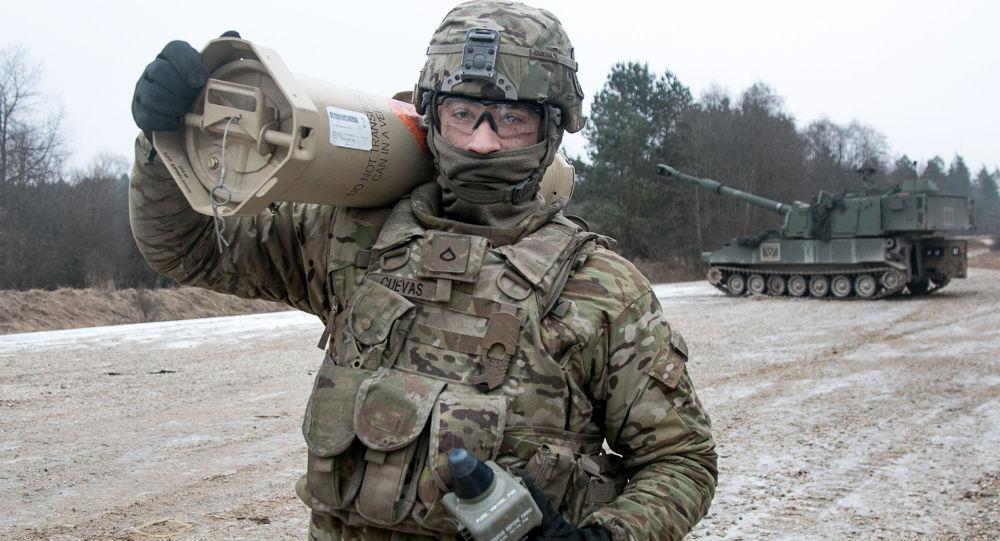 Amerykański żołnierz podczas ćwiczeń wojskowych w Niemczech. Zdjęcie archiwalne