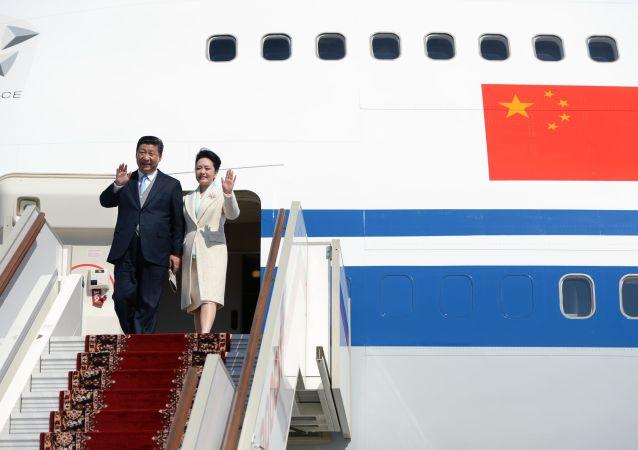 Przewodniczący Chińskiej Republiki Ludowej Xi Jinping z małżonką Peng Liyuan wysiada z samolotu. Zdjęcie archiwalne