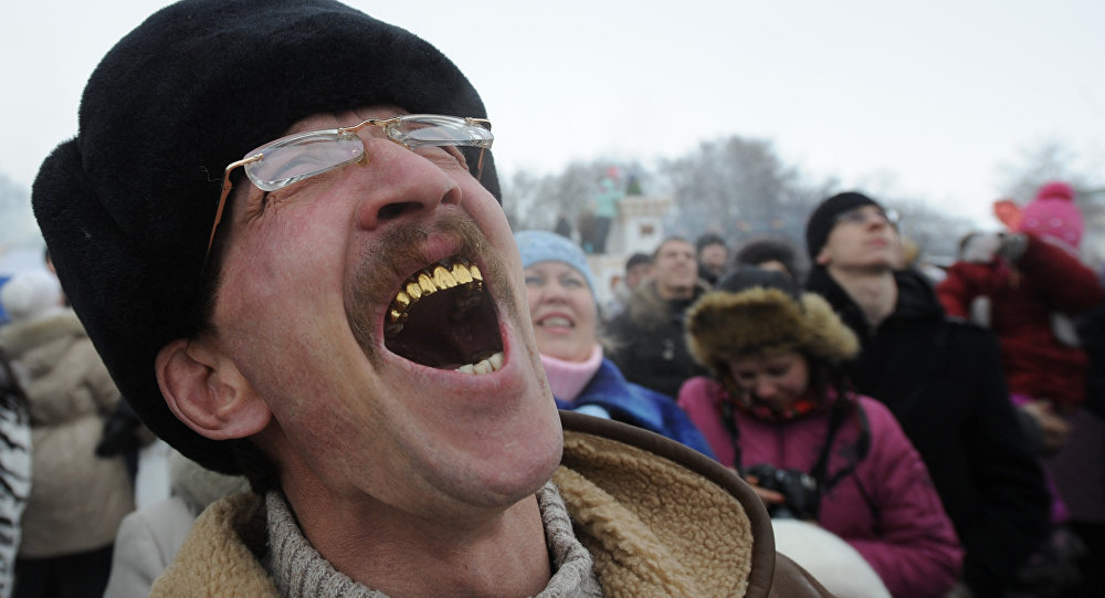 Mężczyzna ze złotymi zębami