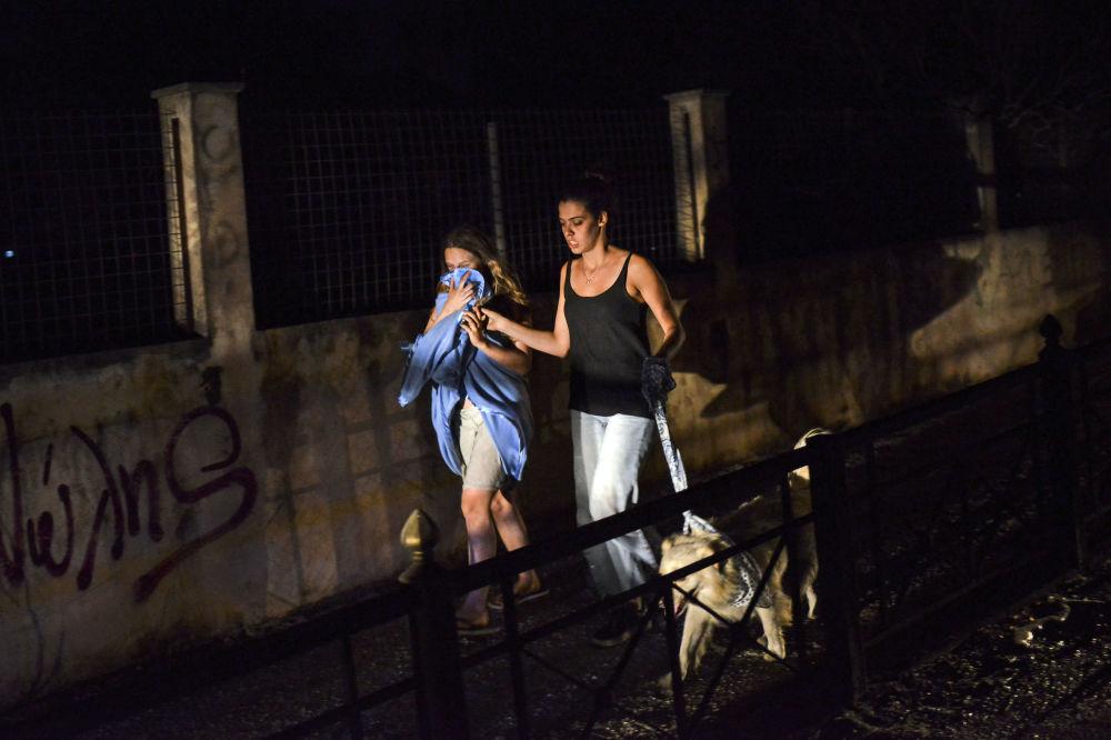 Pożary niedaleko Aten. Dziewczyny uciekają przed ogniem