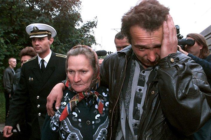 Rodziny członków załogi okrętu podwodnego Kursk przybywają na dworzec w Murmańsku