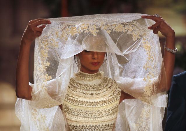 Modelka na pokazie projektanta Anju Modi podczas Tygodnia mody w Nowym Delhi