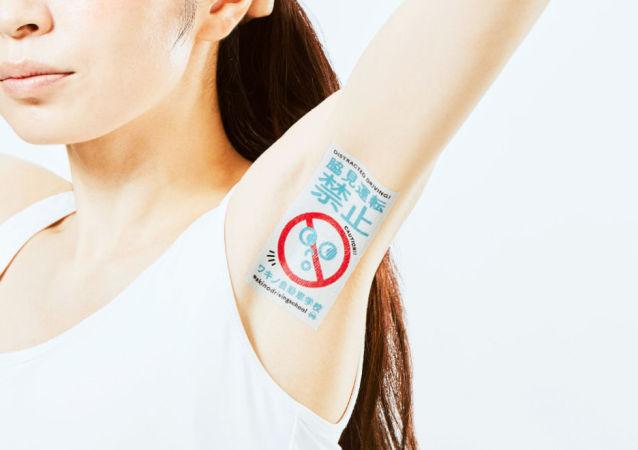 Banner reklamowy japońskiej firmy Wakino pod pachą modelki