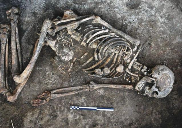 Szkielet kobiety z czarnymi śladami znaleziony na Ukrainie