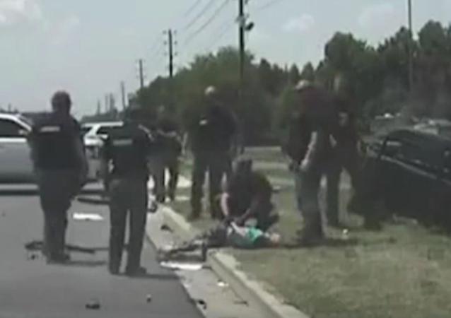 W Karolinie Południowej 24-letnia kobieta, uciekając przed policją, wypadła ze swojego samochodu przy dużej prędkości