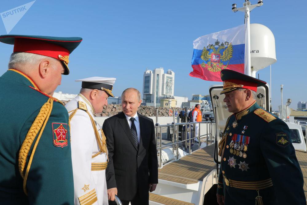 Prezydent Rosji Władimir Putin i minister obrony Siergiej Szojgu na defiladzie marynarki wojennej w Petersburgu