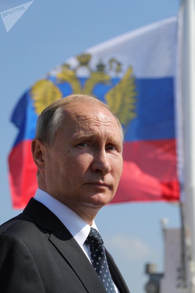 Prezydent Rosji Władimir Putin na defiladzie marynarki wojennej w Petersburgu