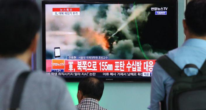 Ludzie oglądają wiadomości o ostrzale południowokoreańskich żołnierzy przez armię KRLD