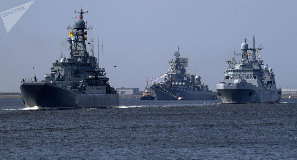 """Duży okręt desantowy """"Korolow"""", krążownik rakietowy """"Marszałek Ustinow"""" i duży okręt desantowy """"Iwan Gren"""" na próbie parady z okazji Dnia Marynarki Wojennej w Kronsztadzie"""