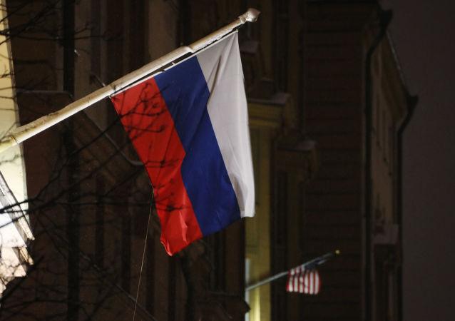 Flagi Rosji i USA na budynku ambasady USA