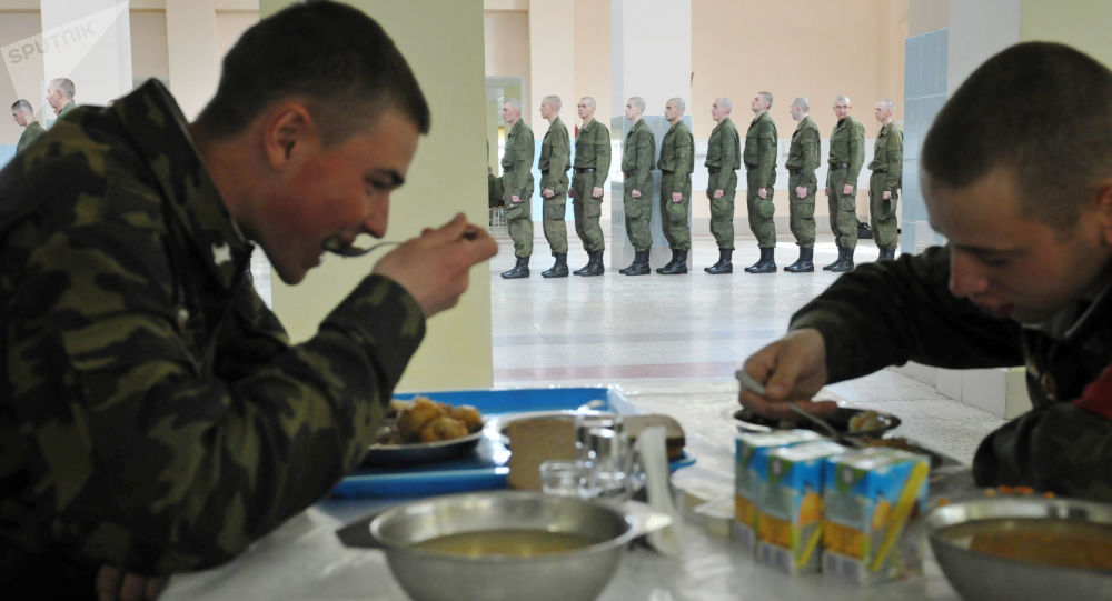 Żołnierze służby terminowej w stołówce 56. gwardyjskiego okręgowego centrum szkoleniowego w miejscowości Sertołowo w obwodzie leningradzkim