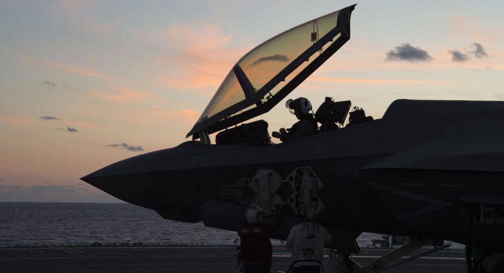Amerykański pilot w kabinie myśliwca F-35C